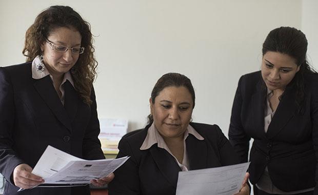Revisión de documentos de comercio y aduanas