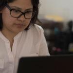 Ejecutiva realiza documento en computadora