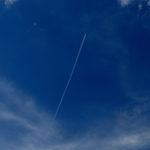 Avión de carga viaja por el cielo