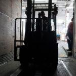 Montacargas entra en caja trailer