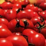 Reja llena de tomate
