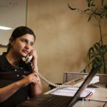 Ejecutiva realiza llamada desde oficina