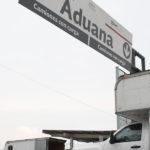 Camión de carga realizando cruces de aduanas.